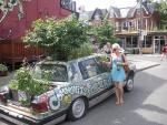 Eva Üprus ja hipilinnaosa kogukonnasõiduki projekt, kus lagunenud autot taaskasutatakse lillaiana